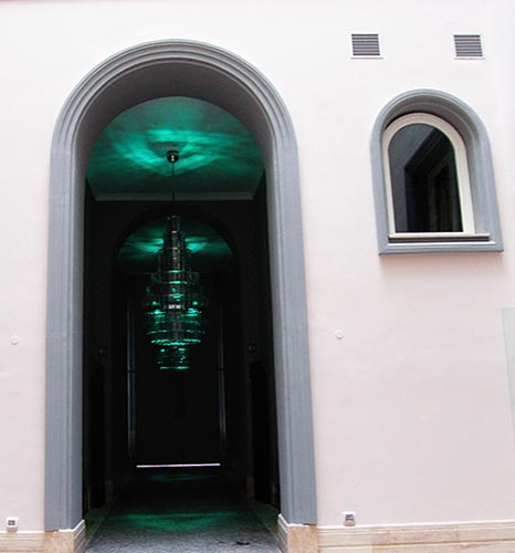 portale ad arco con cornici in polistirolo per porte e finestre