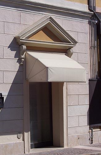profili in polistirolo per porte esterne con cornice a timpano
