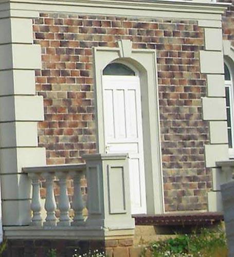 porta ingresso decorata con cornici in polistirolo per esterno