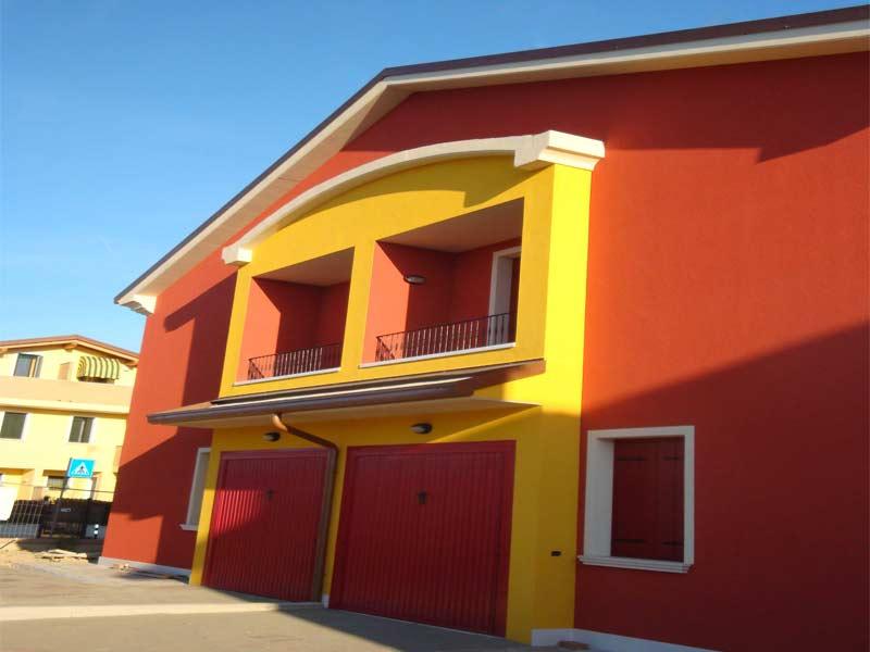 archi in polistirolo per decorare la facciata di una casa