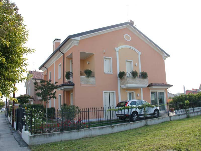 Casa con facciata decorata con profili architettonici decorativi in polistirolo resinato