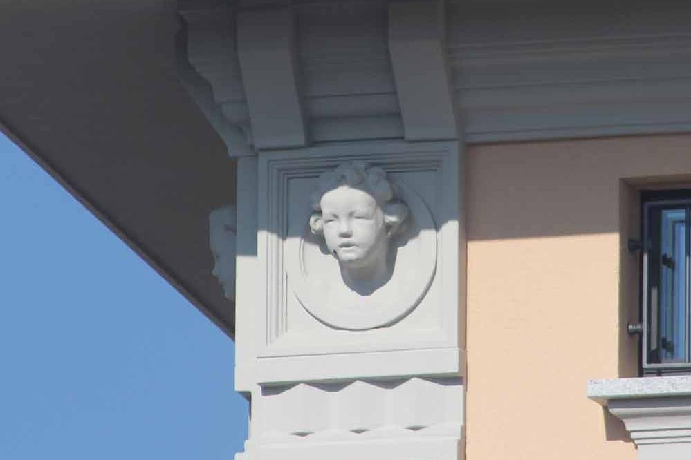 Fregio-replica-montata-su-edificio Restauro in polistirolo