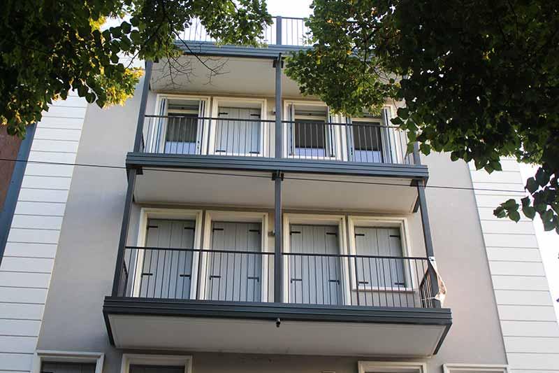 palazzo-con-cornici-moderne-per-facciata