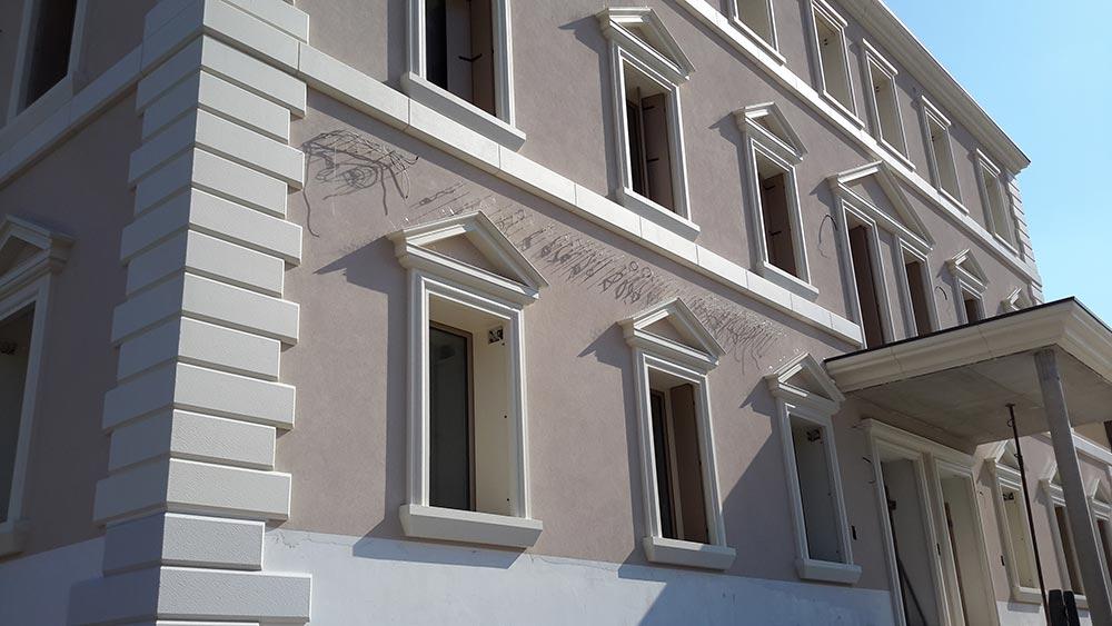 Cornici in polistirolo per finestre della Clinica privata di Bassano